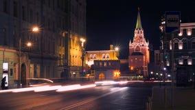 夜街道生活和繁忙的交通在克里姆林宫附近 4K长的曝光Timelapse 莫斯科俄国 股票视频