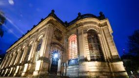 夜被射击教会的后面 免版税库存照片