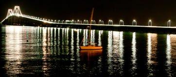 夜被射击有风船的纽波特桥梁 库存照片