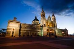 夜被射击Almudena大教堂在马德里 免版税图库摄影