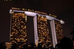 夜被射击小游艇船坞海湾铺沙与SkyPark新加坡的联合手段 免版税库存图片