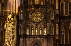 夜观点的和平雕象的雷日纳Pacis女王/王后在圣约瑟夫` s大教堂,河内,越南前面的 免版税库存照片