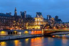 夜观点的Hotel de Ville香港大会堂巴黎,法国 库存图片
