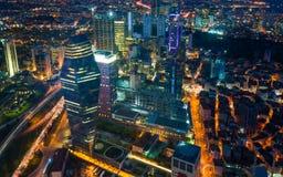 夜视图事务和伊斯坦布尔,土耳其财政区  免版税库存图片