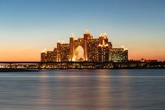 夜视图亚特兰提斯旅馆在迪拜,阿拉伯联合酋长国 免版税库存图片