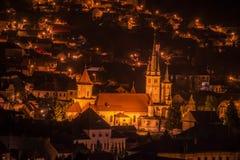 夜视图从上面在城市和一个老大厦与塔 免版税库存图片