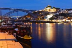 夜视图向Dom我在波尔图跨接的雷斯,葡萄牙 免版税库存图片