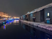 夜视图和光迷离在小樽运河,雪停着  库存图片