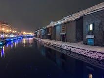 夜视图和光迷离在小樽运河,雪停着  图库摄影