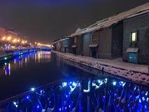夜视图和光迷离在小樽运河,雪停着  免版税库存照片