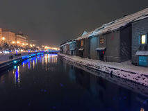 夜视图和光迷离在小樽运河,雪停着  免版税库存图片