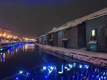 夜视图和光迷离在小樽运河,雪停着  库存照片