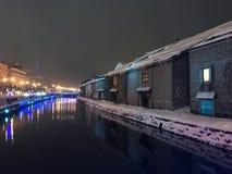 夜视图和光迷离在小樽运河,雪停着  免版税图库摄影