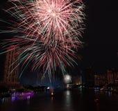 夜视图在有烟花的曼谷 图库摄影