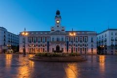 夜视图在马德里佩亚达del Sol广场Km 0在马德里,西班牙 库存图片