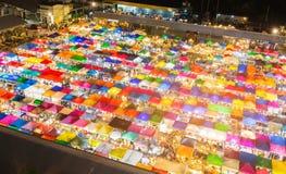 夜视图多个颜色跳蚤市场 免版税库存图片