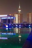 夜视图游泳池,夜城市 免版税图库摄影