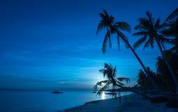 夜视图热带海滩背景从Dumaluan海滩的 库存照片