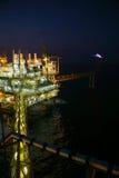 夜视图的油和煤气建筑 从直升机夜间飞行的看法 近海处油和煤气平台 库存图片