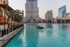 夜视图街市和在一个人造湖在迪拜,阿拉伯联合酋长国 库存图片