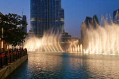 夜视图跳舞喷泉街市和在一个人造湖 图库摄影