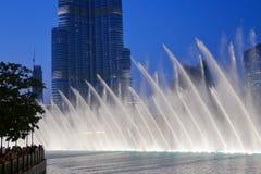 夜视图跳舞喷泉街市和在一个人造湖 免版税库存图片