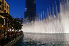 夜视图跳舞喷泉街市和在一个人造湖 库存图片