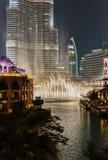 夜视图跳舞喷泉街市和在一个人造湖 库存照片