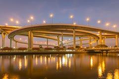 夜视图,高速公路交叉点有蓝色暮色天空背景 免版税库存照片