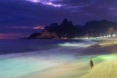 夜视图Ipanema海滩和山Dois Irmao (两兄弟)在里约热内卢 免版税库存图片