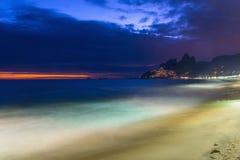 夜视图Ipanema海滩和山Dois Irmao (两兄弟)在里约热内卢 库存图片