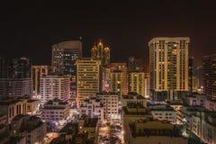 夜视图nightscape美丽的阿布扎比 免版税库存照片