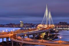 夜视图Petrovsky航路缆绳停留了桥梁,圣彼德堡 免版税库存照片