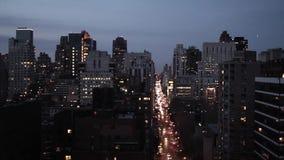 夜跟踪射击的鸟瞰图地平线的纽约 股票视频