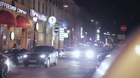 夜路看法在城市 驾驶汽车与向左转信号 股票录像