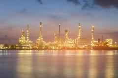 夜轻的汽油精炼厂河前面 库存图片
