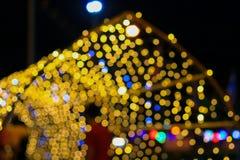 夜轻的金黄抽象圣诞节bokeh五颜六色的美好的背景:拷贝空间为增加文本 免版税库存照片
