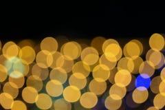 夜轻的金黄抽象圣诞节bokeh五颜六色的美好的背景:拷贝空间为增加文本 库存图片