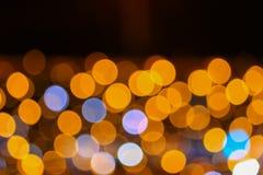 夜轻的金黄抽象圣诞节bokeh五颜六色的美好的背景:拷贝空间为增加文本 库存照片