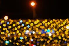 夜轻的金黄抽象圣诞节bokeh五颜六色的美好的背景:拷贝空间为增加文本 免版税库存图片