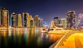 夜迪拜小游艇船坞地平线,迪拜,阿联酋 免版税库存照片