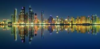 夜迪拜小游艇船坞,迪拜,阿联酋的全景反射 免版税库存图片