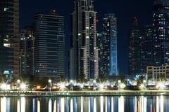夜迪拜有湖的街市迪拜。 免版税库存图片