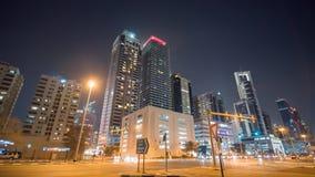 夜迪拜的城市和摩天大楼的街道有公路交通的 Timelapse 股票视频