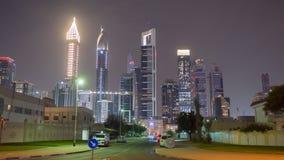 夜迪拜的城市和摩天大楼的街道有公路交通的 Timelapse 影视素材
