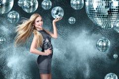 夜迪斯科俱乐部的年轻白肤金发的妇女 免版税图库摄影