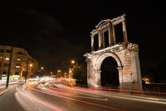 夜那导致宙斯` s考古学站点柱子Hadrian的视图曲拱  免版税库存照片
