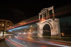 夜那导致宙斯` s考古学站点柱子Hadrian的视图曲拱  库存图片
