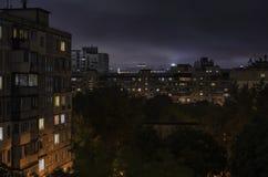 夜都市风景,住宅区,议院, 库存图片
