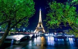 巴黎夜都市风景 埃佛尔铁塔在塞纳河的光展示 库存照片